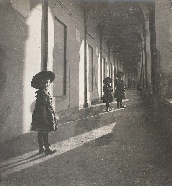 Maurice Denis - Anne-Marie, Bernadette, and Noëlle under an arcade, Bologna (1907)