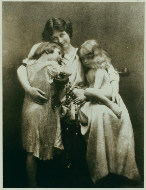 Paul Berger - Isadora Duncan with Deirdre and Patrick (1913)