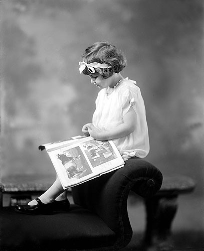 littel girl reading 1900s