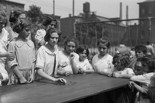 Bettmann - Girls Playing Jacks (1922)