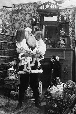 Bettmann - Santa Holding Two Girls in His Arms (1907)