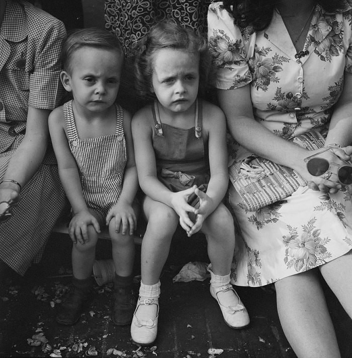 Esther Bubley - Spectators at the parade to recruit civilian defence volunteers (1943)